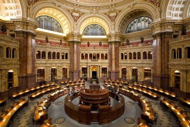 Una delle più famose biblioteche negli Stati Uniti, la Library of Congress di Washington DC ospita la più grande collezione di libri rari in Nord America con 32 milioni di libri, articoli in oltre 470 lingue e una bozza della Dichiarazione di Indipendenza.