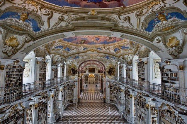 L'Abbazia di Admont è un monastero benedettino situato sul fiume Enns nella città di Admont, in Austria. Il monastero, il più antico rimasto in Styria, contiene la seconda più grande biblioteca monastica del mondo, dopo quello di Mafra in Portogallo, nota per la sua architettura barocca.
