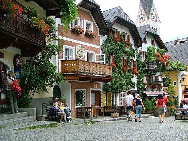 https://commons.wikimedia.org/wiki/File:Vieux-village_d'Hallstatt.jpg