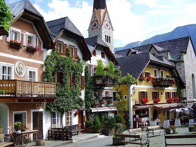 https://commons.wikimedia.org/wiki/File:UNESCO,_AUSTRIA-HALLSTATT_-_panoramio_(1).jpg
