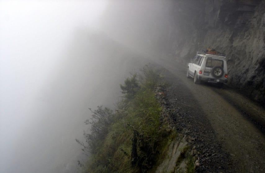 Questa strada è una delle strade più pericolose del mondo. Ci perdono la vita circa 200 - 300 persone all'anno. C'è una montagna ripida da un lato, e una scogliera sull'altro (circa 600 metri di altezza). Guidare su questa strada è un incubo.
