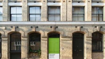 All'interno della prima Casa Pantone in affitto con Airbnb