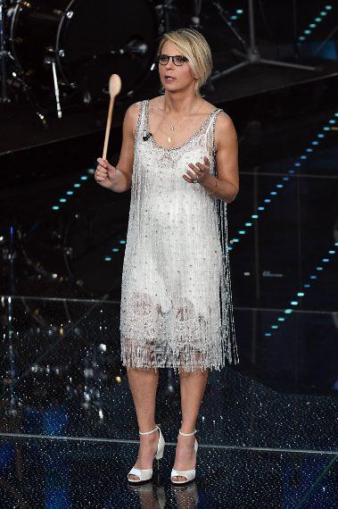 Maria De Filippi indossa un abito in tulle ricamato con frange di perle di cristallo, sottoveste in seta e sandali in raso della collezione Fall-Winter 2015 di Givenchy by Riccardo Tisci