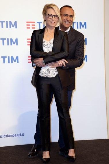 La conduttrice indossa un completo in shantung nero con top lingerie e occhiali a gatta, tutto firmato Givenchy