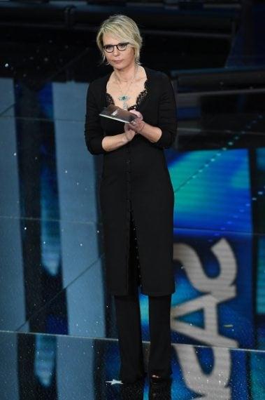 Maria De Filippi indossa un cardigan lungo in jersey, top con dettagli in pizzo macramé, pantaloni a coste e sandali in velluto della collezione Givenchy by Riccardo Tisci Fall 2017