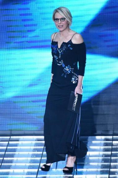 Maria De Filippi indossa un abito realizzato appositamente per lei in cady di seta con ricami di specchi, sottoveste di seta e sandali in velluto con plateau