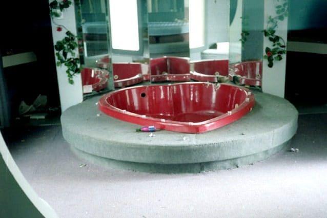 Dove un tempo soggiornavano coppie felici e divertite, c'è solo degrado. Delle oltre cento stanze del resort restano le vasche da bagno a forma di cuore vuote e i letti impolverati.