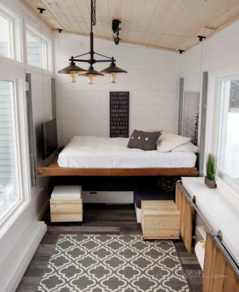 Basta prendere una tavola di legno piuttosto robusta, su cui poggiare un materasso, e attraverso un sistema di tiranti di acciaio e carrucole, si realizza un ingegnoso modo per risparmiare spazio in casa.