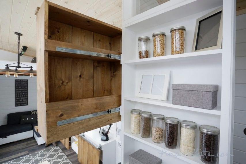 La dispensa della cucina è fissata alla parete con dei binari scorrevoli in modo da sfruttare anche lo spazio sul retro della dispensa