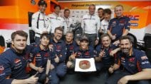 MotoGP, torta e regalo al box Honda per Marquez