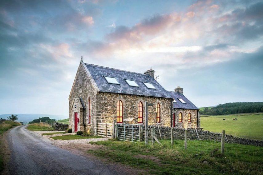 Situata in Inghilterra, questa ex chiesa è disponibile per il noleggio su AirBnB e può ospitare fino a 7 persone.