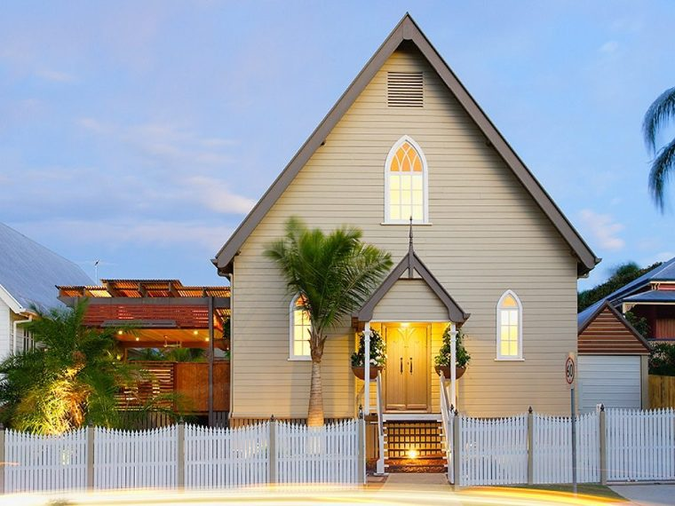 Il bianco interno di questa chiesa rinnovata a Brisbane accentua le sue caratteristiche architettoniche.