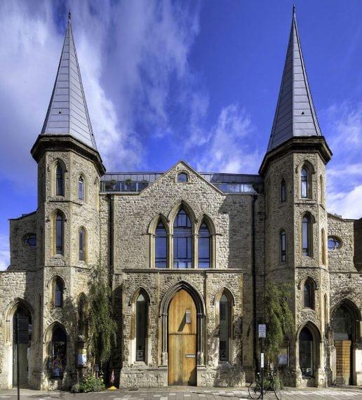 I primi due piani della Westbourne Grove Church in Inghilterra sono stati trasformati in un elegante loft bianco.