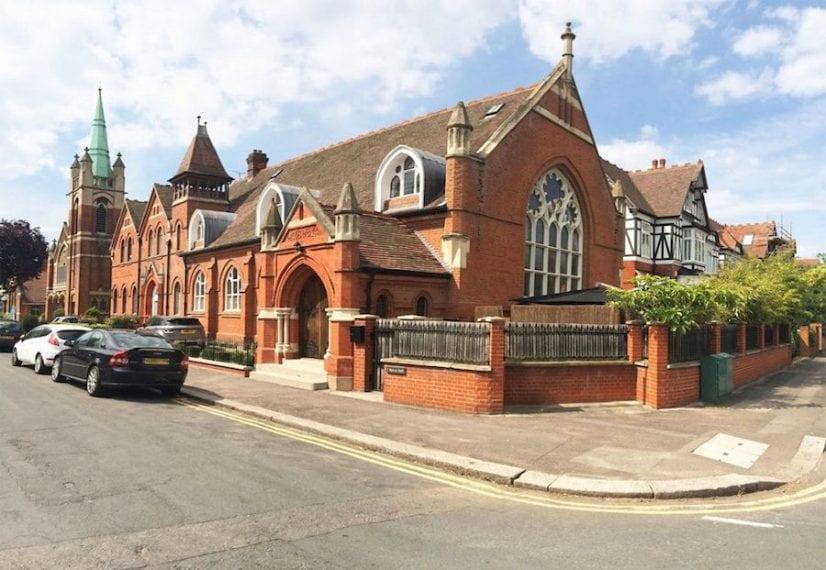 Le finestre incredibili di questa chiesa a Londra, diventano una caratteristica principale del attico.