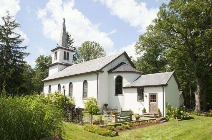 Costruito nel 1873, questo edificio imponente contiene ancora molte caratteristiche originali, come la campana della chiesa.