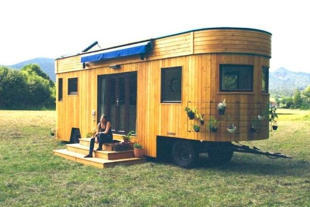 Alimentata da energia solare e realizzata con materiale riciclati, questa casa ha tutto ciò che serve nonostante le sue dimensioni ridotta. Occupa giusto lo spazio di un posto auto in un parcheggio ed è stata progettata per chi vuole vivere una vita di avventura, sempre in viaggio e completamente autosufficienti.