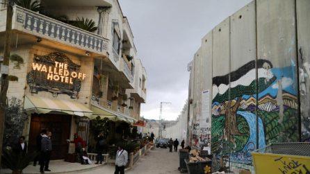 """Banksy apre """"The Walled Off Hotel"""": ecco le immagini esclusive"""