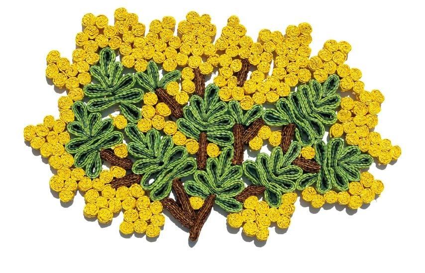 È un tavolo romantico, colorato e vintage quello di Seletti con il set da tavola Florigraphie Mimosa. Durante una ricerca negli archivi del marchio Seletti, la designer Alessandra Baldereschi ha trovato un modello di sottopiattino in paglia degli anni '60, da lì l'idea di dare nuova vita a quest'oggetto emblematico del passato. La collezione Florigraphie è creata artigianalmente: la paglia è pieghettata poi cucita a mano per creare degli splendidi motivi floreali, perfetti per la tavola dell'8/3