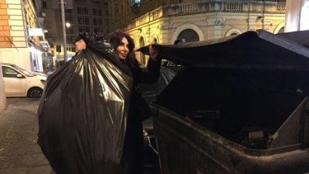 Le foto di Carmen Di Pietro alle prese con la spazzatura