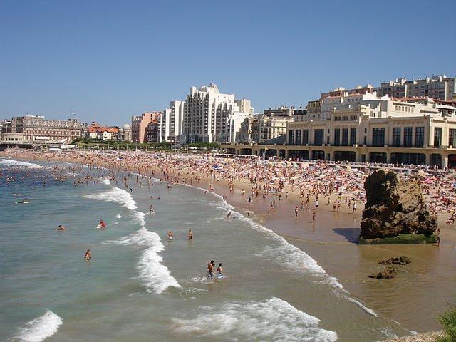 https://commons.wikimedia.org/wiki/File:France-Biarritz-Grande_lage_et_Casino-2005-08-05.jpg