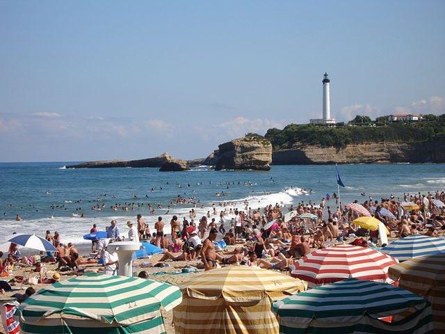 https://commons.wikimedia.org/wiki/File:France-Biarritz-Grande_Plage-2005-08-05.jpg