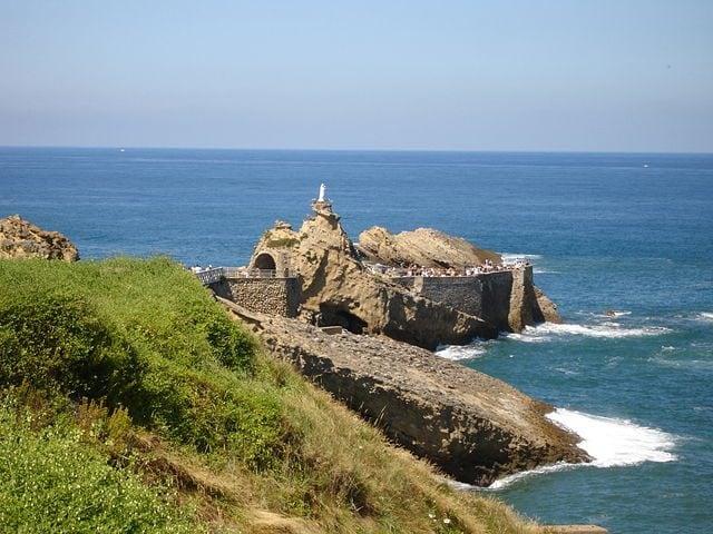 https://commons.wikimedia.org/wiki/File:France-Biarritz-Rocher_de_la_Vierge-2005-08-05.jpg