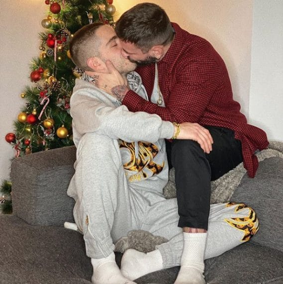 """Tommaso Zorzi ha postato una foto in cui bacia il nuovo compagno Armando Condemi: """"Alla fine, come un gol al novantesimo, è arrivato anche per me. È proprio vero che appena smetti di cercare il tuo Genitore 2, sarà lui a trovare te""""."""