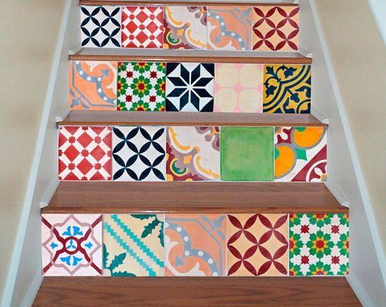 Se trovate delle mattonelle integre, colorate e meglio ancora se tutte diverse, potete utilizzarle per decorare le alzate delle scale dell'appartamento o d'ingresso alla casa. Il risultato sarà un gioco variopinto di mattonelle le une accanto alle altre che daranno un tocco di originalità a qualsiasi gradino di casa.
