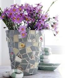 Se si sono rotte delle mattonelle o si sono trovati pezzi di piastrelle spagliate, si possono usare, in piccoli tasselli, per rivestire un vaso banale e renderlo un oggetto prezioso.