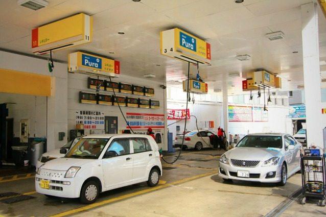 In Giappone le tubazioni del rifornimento alle auto pendono dall'alto. Questo aiuta gli automobilisti ad evitare una situazione di dover scendere dalle auto o in cui non possono raggiungere il serbatoio.