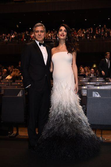 L'abito bianco con la gonna in piume