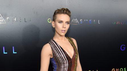 """Il look """"da maschiaccio"""" di Scarlett Johansson alla prima del film"""