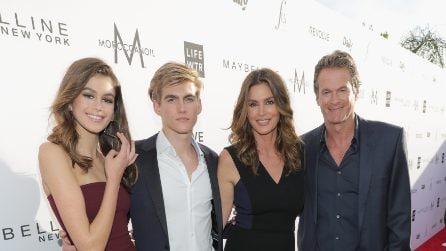 Presley Gerber calca il red carpet con la famiglia al completo