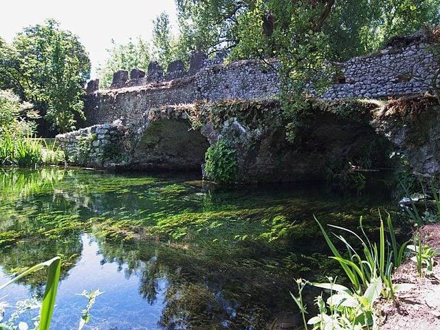 https://commons.wikimedia.org/wiki/File:Giardino_di_Ninfa_-_ponte_del_Macello.jpg