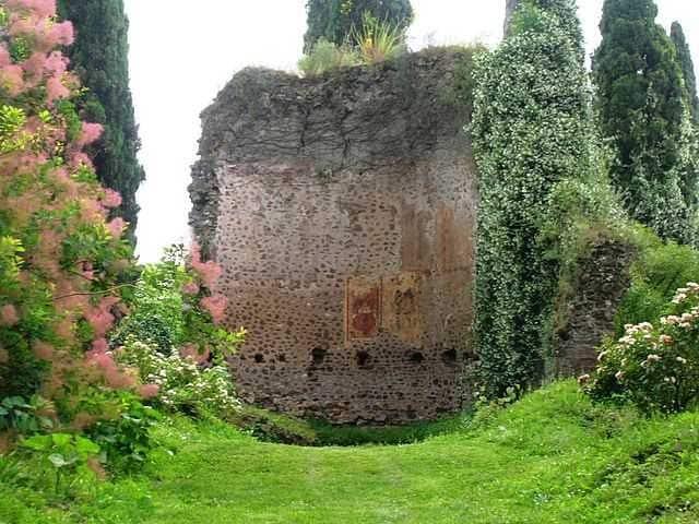 https://it.wikipedia.org/wiki/Giardino_di_Ninfa#/media/File:Giardino_di_Ninfa_38.jpg