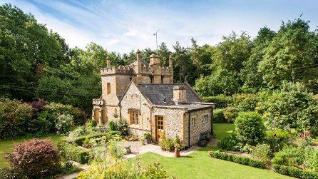 Ecco il più piccolo castello della Gran Bretagna: è in vendita!