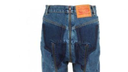 I jeans con la cerniera che rivela il lato b