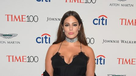 Ashley Graham, lo spacco vertiginoso rivela la cellulite