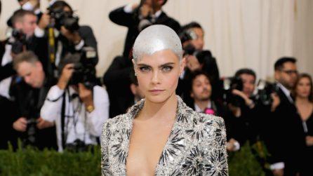 Cara Delevingne con lo scalpo argentato al Met Gala 2017