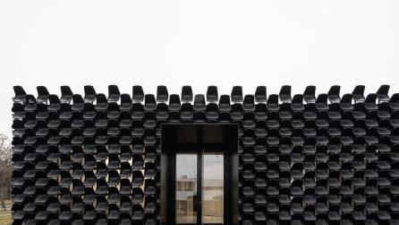 Un edificio fatto da 900 sedie di plastica nere