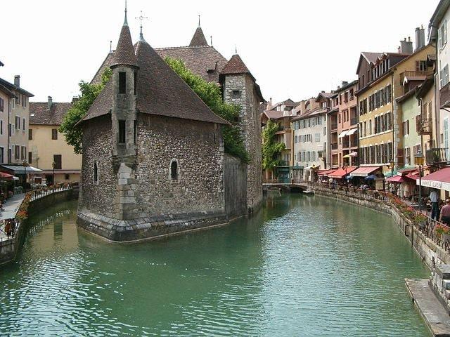 https://commons.wikimedia.org/wiki/File:Palais_de_l%27Isle_Annecy_Haute-Savoie.jpg
