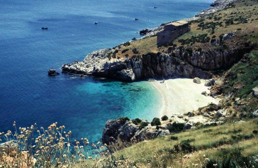 https://it.wikipedia.org/wiki/Riserva_naturale_orientata_dello_Zingaro#/media/File:De-_San_Vito_lo_Capo,_Zingaro-NatSchGeb,_Strand.jpg