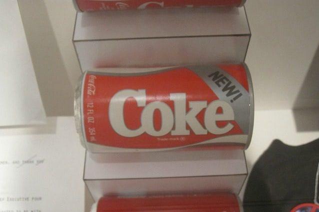 """Negli anni '80, mentre la Pepsi acquisiva maggiore importanza sul mercato, grazie anche alla pubblicità Pepsi Challenge"""", la Coca-Cola decise di lanciare un nuovo prodotto con un gusto più simile alla Pepsi. durante le prove di assaggio a livello nazionale, prima del lancio, la New Coke ottenne un buon riscontro ma nel 1985 si scoprì che quei test erano ingannevoli. Così Coca-Cola scelse di tornare alla sua vecchia formula con il nuovo nome: Coca-Cola Classic."""