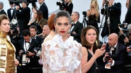 Sara Sampaio mostra il tanga con l'abito trasparente a Cannes