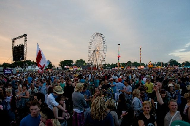 https://commons.wikimedia.org/wiki/File:Isle_of_Wight_Festival_2010_crowds.jpg