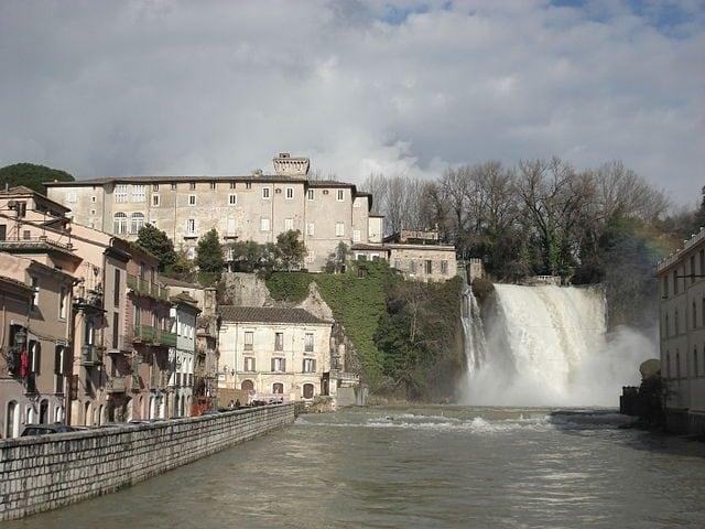 https://commons.wikimedia.org/wiki/File:Isola_del_Liri_-_Castello_ducale_e_cascata_-_dicembre_2010.JPG