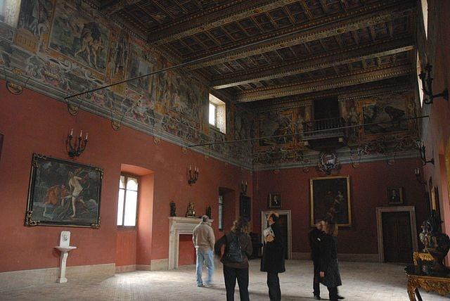 https://it.wikipedia.org/wiki/File:Isola_del_Liri_torre_del_Castello_Boncompagni_-_Viscogliosi.jpg