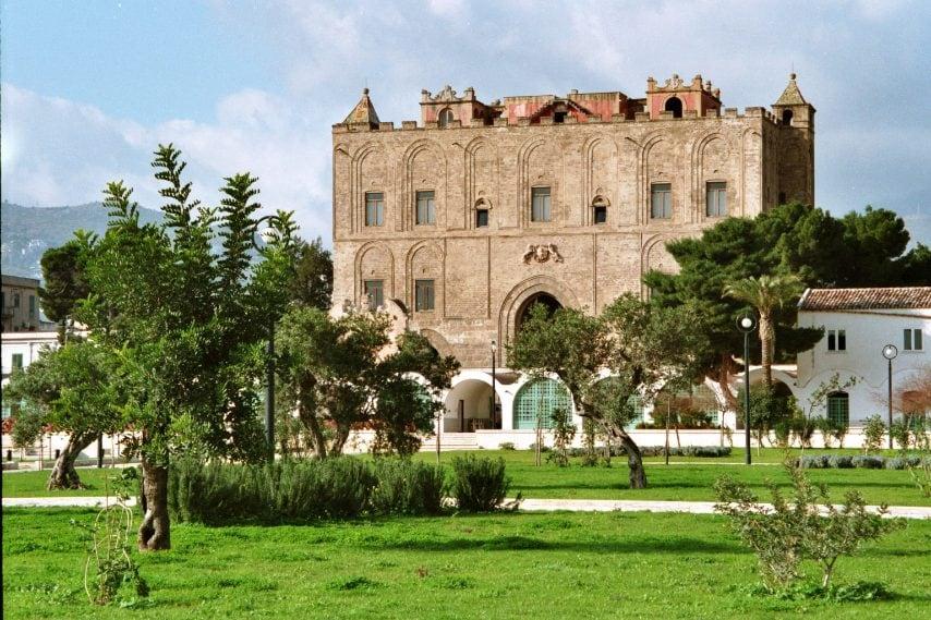 https://upload.wikimedia.org/wikipedia/commons/f/fb/Palermo-Zisa-bjs2007-03.jpg