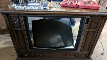Smonta una vecchia tv: il motivo è geniale