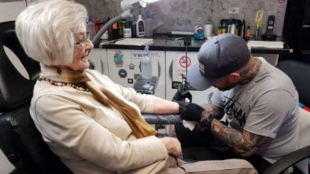 A 82 anni, si tatua per la prima volta in memoria del marito: le immagini virali